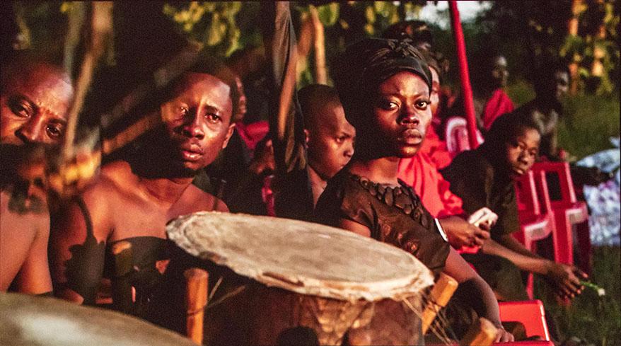 Akosua Adoma Owusu,Kwaku Ananse(电影剧照),2013 年。高清视频、彩色、声音。 25 分钟。由艺术家和 Obibini Pictures 提供。