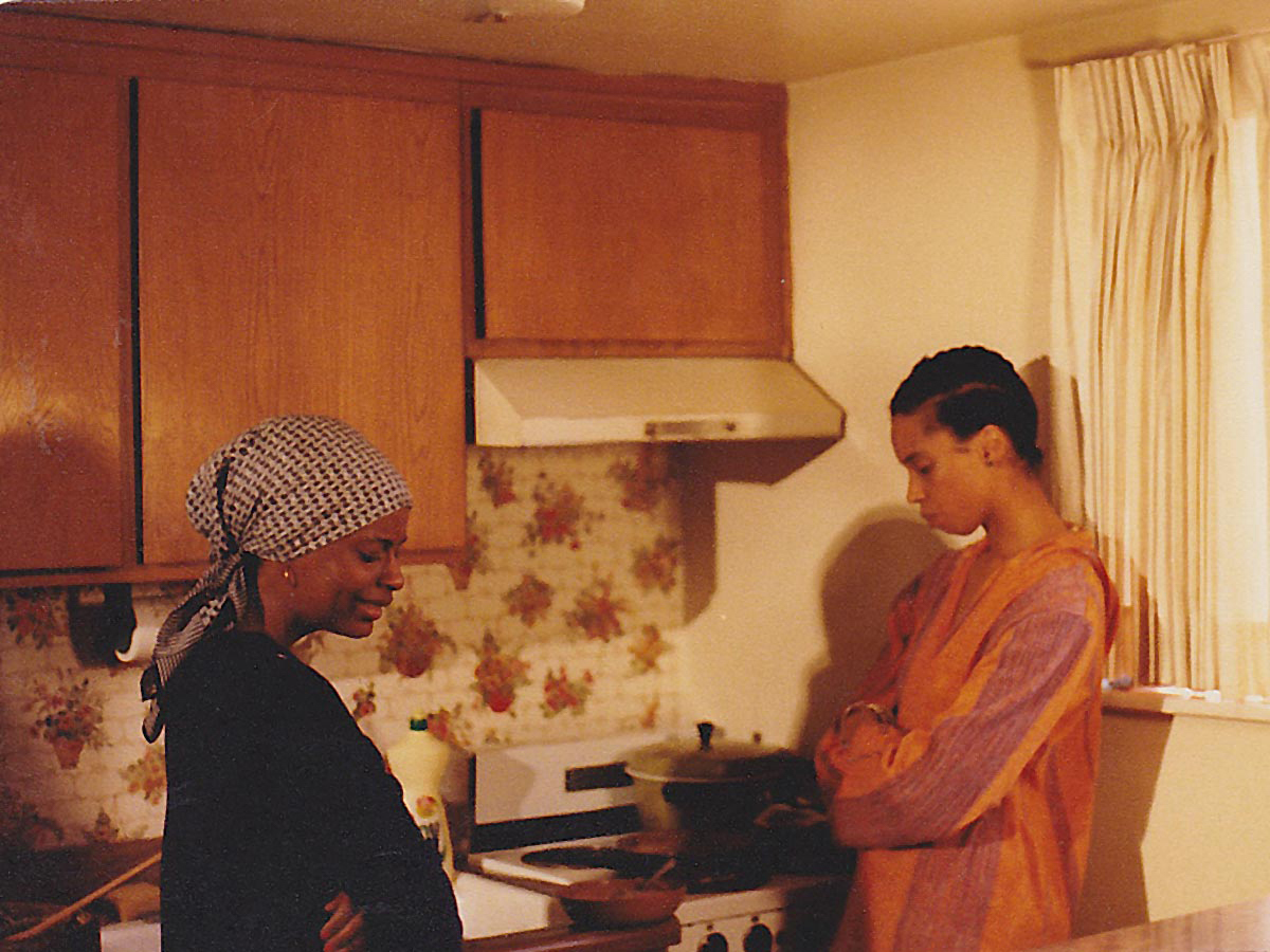 Ijeoma Iloputaife 的《非洲女人》(1980 年)仍然制作。图片由艺术家和加州大学洛杉矶分校电影电视档案馆提供。