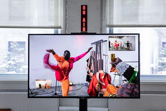Duetos en el MoMA PS1 con Ron Athey (crédito de Walter Wlodarczyk).